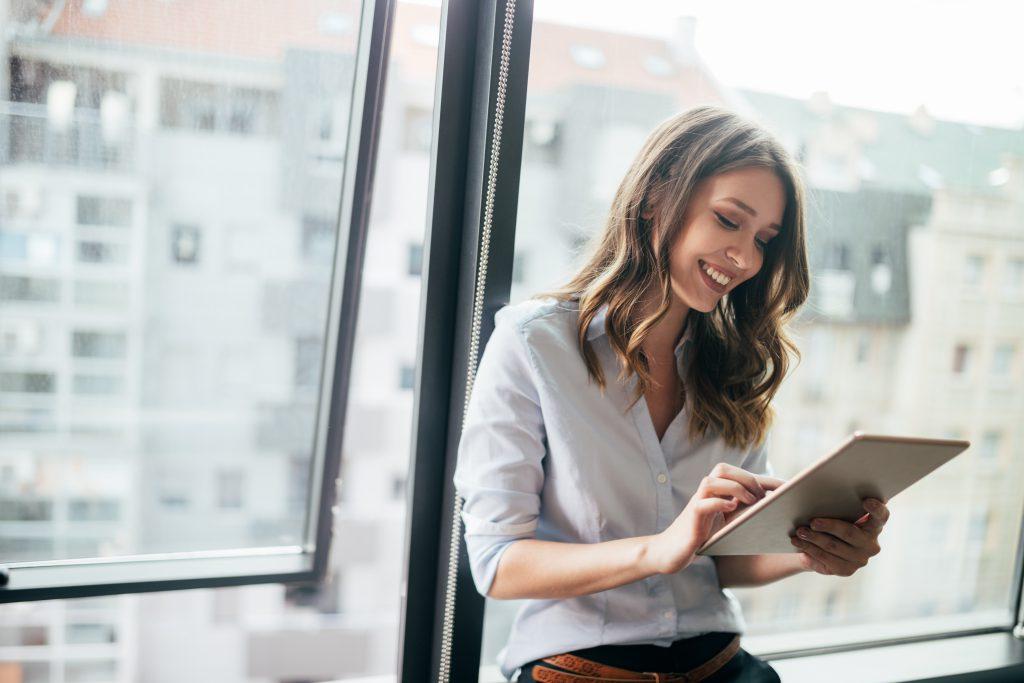 Person führt am Tablet Personalbemessung mit dem Qualitätszirkel durch